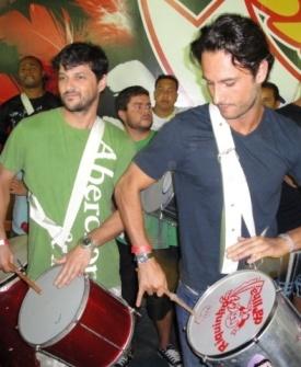 Os amigos Marcelo Serrado e Rodrigo Santoro tocam repique junto com os ritmistas no ensaio da União da Ilha (24/01/2010)