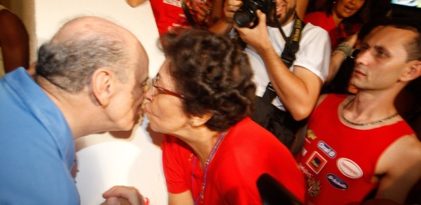 José Serra cumprimenta foliã no camarote de Daniela Mercury em mais um dia de carnaval em Salvador (13/02/2010)