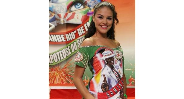 A atriz Paloma Bernadi faz pose no camarote organizado pela Grande Rio
