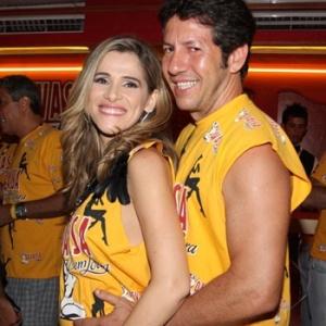 Ingrid Guimarães e marido em camarote na Sapucaí (14/02/2010)