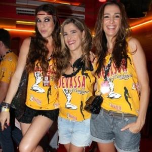 Maria Paula, Ingrid Guimarães e Monica Martelli se divertem em camarote na Sapucaí