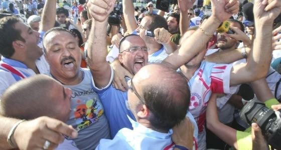 Integrantes da Rosas de Ouro comemoram t�tulo do Carnaval 2010 ap�s apura��o no Anhembi