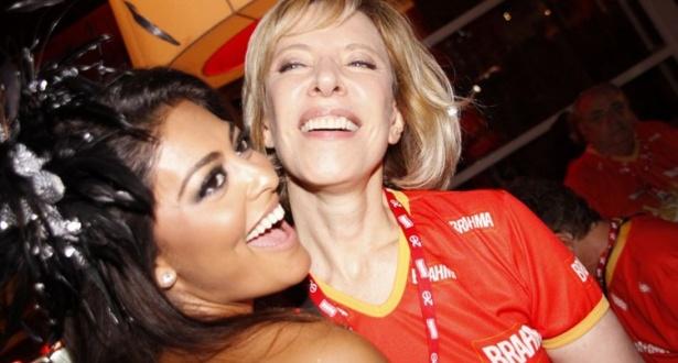 Juliana Paes tira foto ao lado de Marília Gabriela na Sapucaí (15/02/2010)