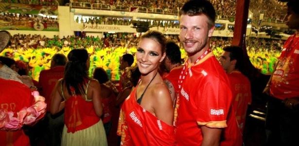 O casal Fernanda Lima e Rodrigo Hilbert assistem aos desfiles da Sapucaí