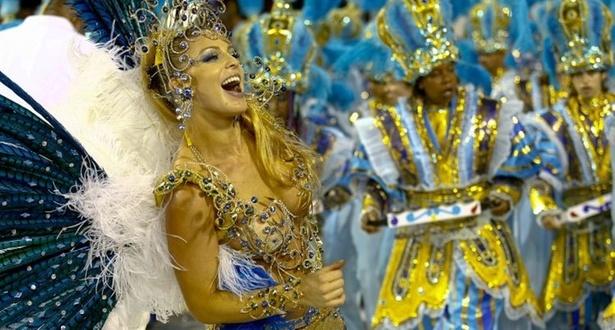 Sheila Mello dança à frente da bateria escola de samba Acadêmicos de Tucuruvi durante o desfile no sambódromo do Anhembi (13/2/2010)