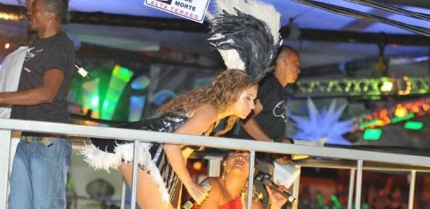 Daniela Mercury faz protesto contra os fios de alta tensão em Salvador