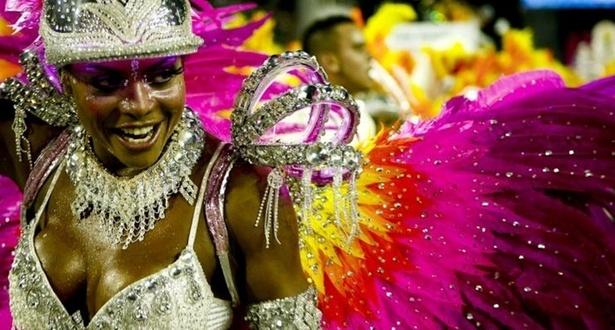 Adriana Bombom desfila em 2010 pela Tom Maior