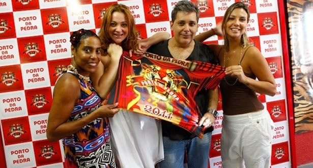 Dill Costa, Alexandra Richter, o carnavalesco Paulo Menezes e Camila Rodrigues no barraco da Porto da Pedra (22/2/2011)
