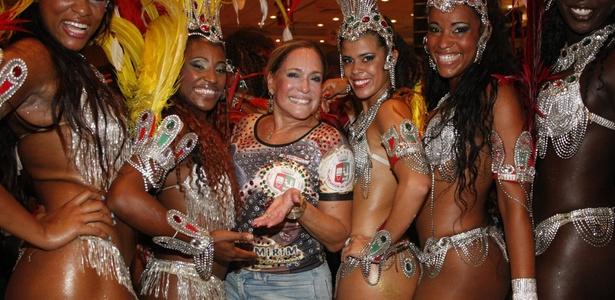 Susana Vieira posa ao lado de passistas durante ensaio da Grande Rio (27/2/2011)