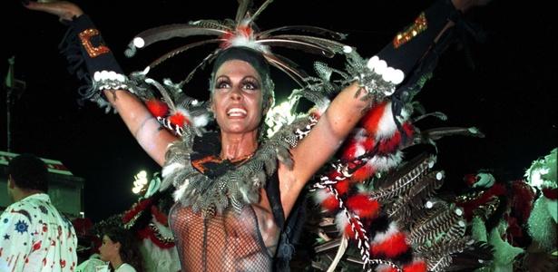 Monique Evans desfila pela escola de samba Estácio de Sá, no Rio de Janeiro em 1993