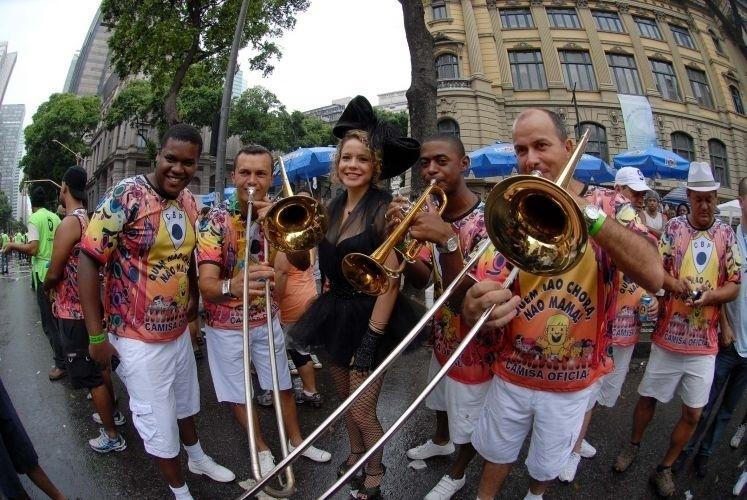A atriz Leandra Leal posa com membros da banda do bloco Cordão da Bola Preta, na Cinelândia, no Rio de Janeiro