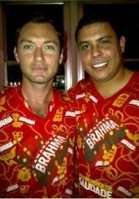 Ronaldo e o ator Jude Law  em foto postada pelo ex-jogador no Twitter (06/03/2011)