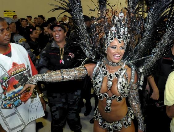 Viviane Araújo, rainha de bateria do Salgueiro, coberta de caveiras do Bope (07/03/2011)