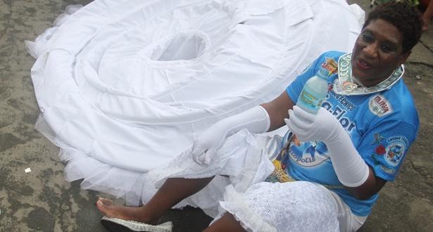 Baiana da Beija-Flor se refresca e descansa após o fim do desfile da escola no Sambódromo do Rio de Janeiro (8/3/2011)