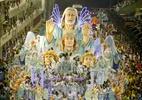 Centenas de crianças saem no carro com Roberto Carlos em desfile campeão da Beija-Flor