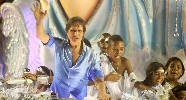 Roberto Carlos em carro da Beija-Flor no desfile das escolas campeãs do Carnaval carioca em 2011 (12/03/2011)