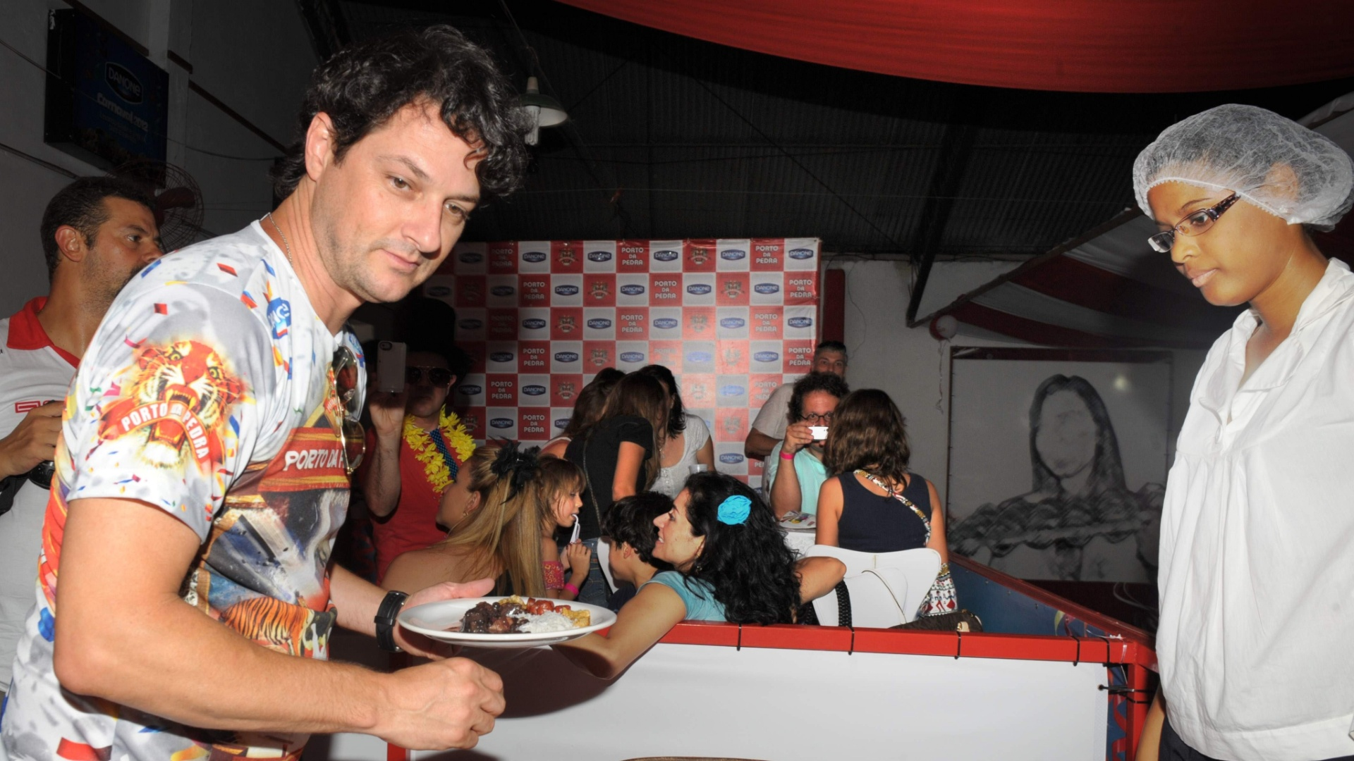 Marcelo Serrado vai a feijoada na quadra da Porto da Pedra (2012)