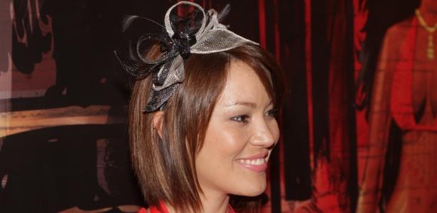 A apresentadora Geovanna Tominaga com sua tiara de Carnaval