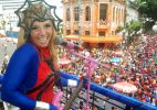 Carla Perez, vestida de heroína, anima pequenos foliões