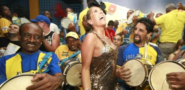 Grávida de quase três meses, a rainha Adriana Galiesteu se empolga do ensaio da Unidos da Tijuca (24/1/2010)