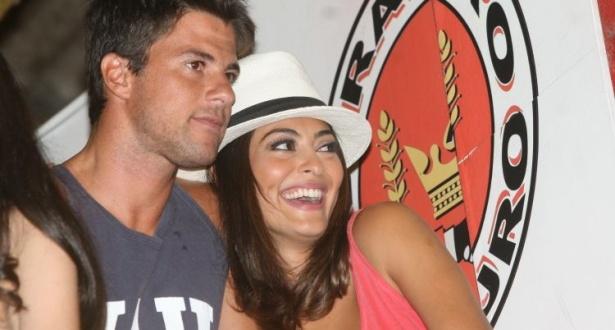 A atriz Juliana Paes ao lado do marido Carlos Eduardo Baptista no camarote da Viradouro (02/01/2010)