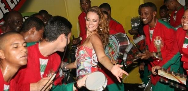Paola Oliveira, rainha de bateria da Grande Rio, participa de ensaio da escola, no Rio de Janeiro (9/1/10)