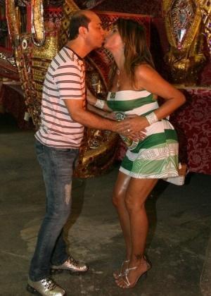O carnavalesco da Mocidade Cid Carvalho recebe Myrian Martin com um selinho (4/4/10)