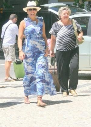Adriane Galisteu chega ao Rio com a mãe, Ema (6/2/10)