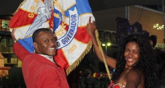 Porta-bandeira Simone Pereira  e mestre-sala Alex Pedreira estreiam como casal na União da Ilha  do Governador  (12/1/10)
