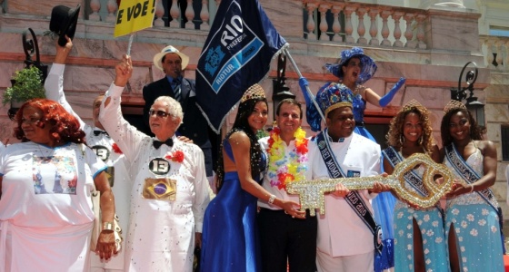 Prefeito Eduardo Paes entrega a chave da cidade à Corte Real do Carnaval (12/2/10)