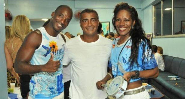 Romário entre o passista Cássio e Neide Tamborim no ensaio da Beija-Flor (11/2/10)