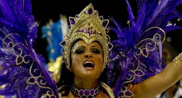 Dani Sperle sangra durante desfile da Imperador, em SP (tarjada)