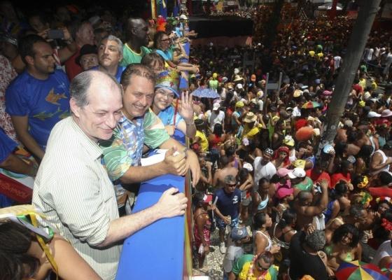 O deputado federal Ciro Gomes, o governador Eduardo Campos e a ministra Dilma Rousseff assistem a passagem do Galo da Madrugada, em Recife, durante o carnaval pernambucano (13/02/2010)