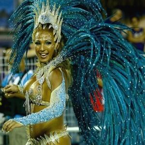 A funkeira Valeska Popozuda desfila com a Águia de Ouro no Carnaval 2010