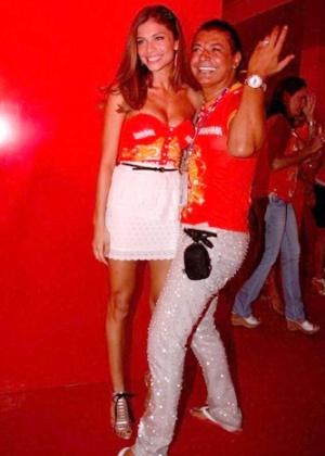 A atriz Grazi Massafera posa ao lado do promoter David Brazil em camarote na Sapucaí