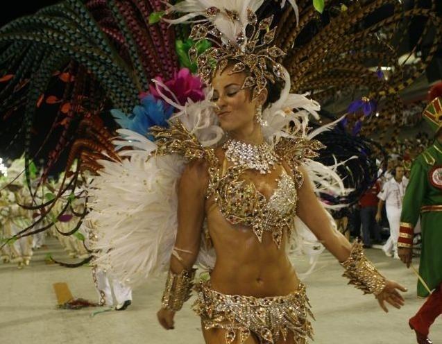 Paola Oliveira desfila à frente da bateria da Grande Rio em 2009
