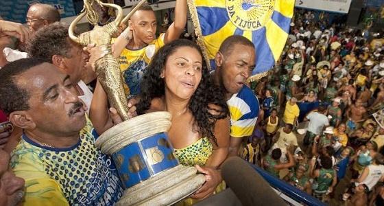 Integrantes da Unidos da Tijuca comemoram o título de campeã do Carnaval de 2010 do RJ na quadra da escola (17/02/2010)
