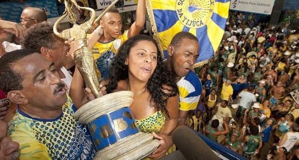 Integrantes da escola de samba Unidos da Tijuca comemoram o título de campeã do Carnaval de 2010 do Rio de Janeiro  na quadra da escola (17/02/2010)