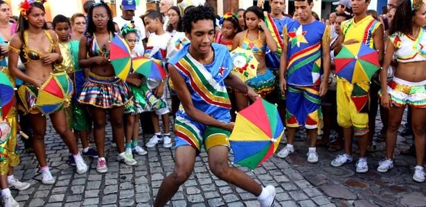 Passista de frevo dança em comemoração ao Dia do Frevo em Recife - Eduardo Queiroga / UOL