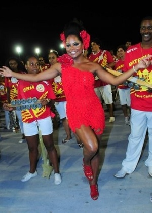 A dançarina Adriana Bombom participa de ensaio técnico da Tom Maior no sambódromo em São Paulo (14/2/2011)