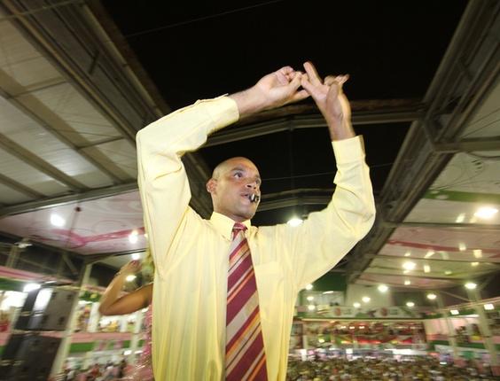 Mestre Aílton, o novo diretor de bateria da Mangueira, também é dos autores do samba-enredo deste ano (29/1/2011)