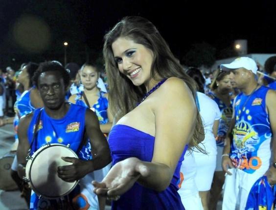 A ex-malandrinha, Lívia Andrade participa de ensaio técnico da Império de Casa Verde em São Paulo (13/2/2011)