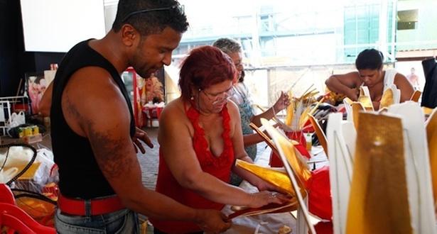O coordenador de fantasias, Alexandre Cunha, orienta artesã na confecção de adereços para o desfile da União da Ilha (22/2/2011)