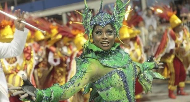 Adriana Bombom desfila à frente da bateria da Tom Maior, que fala sobre São Bernardo do Campo neste Carnaval (04/03/2011)