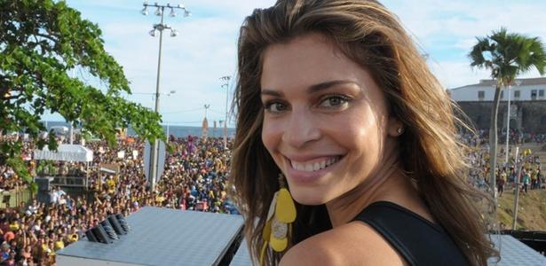 Grazi Massafera participa do trio elétrico da banda Chiclete com Banana, em Salvador (5/03/2011)