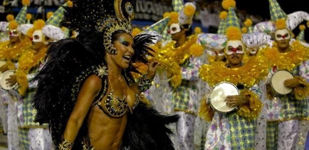 Madrinha de bateria da escola, a dançarina Scheila Carvalho desfila no Anhembi (05/03/2011)