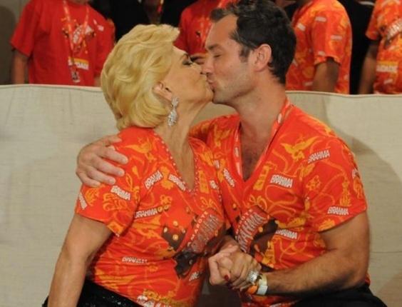 A apresentadora Hebe ganha um selinho do ator inglês Jude Law, um dos convidados de um camarote VIP no Sambódromo do Rio (6/3/2011). Depois, a apresentadora também beijou o músico Will.i.am, do Black Eyed Peas