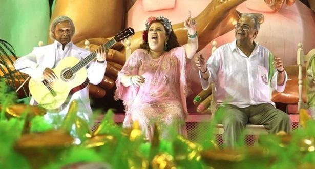 A cantora Beth Carvalho -- que voltou a desfilar na Mangueira após um hiato de 4 anos -- em carro alegórico, ao lado do compositor Sergio Cabral