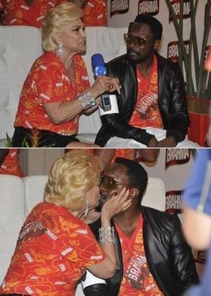 Hebe Camargo dá selinho em Will.I.Am, do Black Eyed Peas em camarote de cervejaria na Sapucaí (06/03/2011)