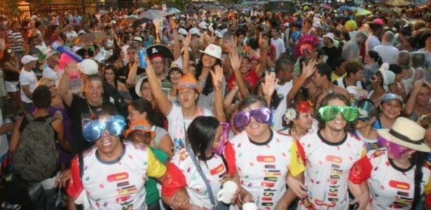 Foliões atravessaram a avenida Viera Souto, em Ipanema  (05/03/2011)  - Gianne Carvalho/UOL